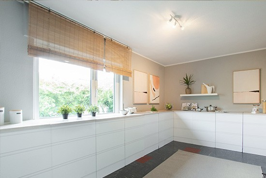 Home Staging DE mit CUBIQZ basic Pappküche mit Arbeitsblatt Holzoptik
