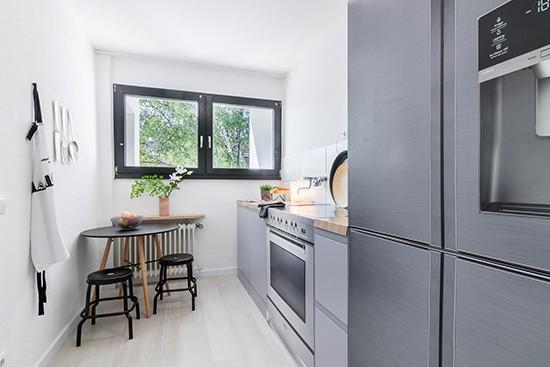 Raum 2 mit cubiqz 2-in-1 reversible Pappküche mit Amerikanischer Kühlschrank