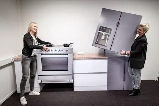 Cubiqz freistehender Herd aus Pappe und Amerikanischer Kühlschrank aus Pappe für Home Staging und Expo