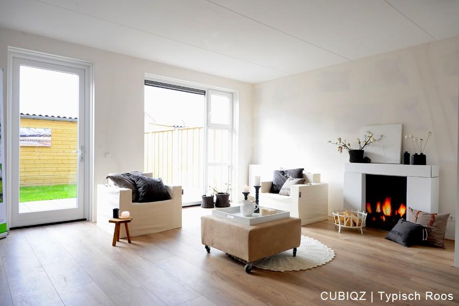 24. Home Staging mit CUBIQZ Pappmöbeln; Kamin mit an der Vorderseite ein fotorealistischer Druck von einem brennenden Kaminfeuer