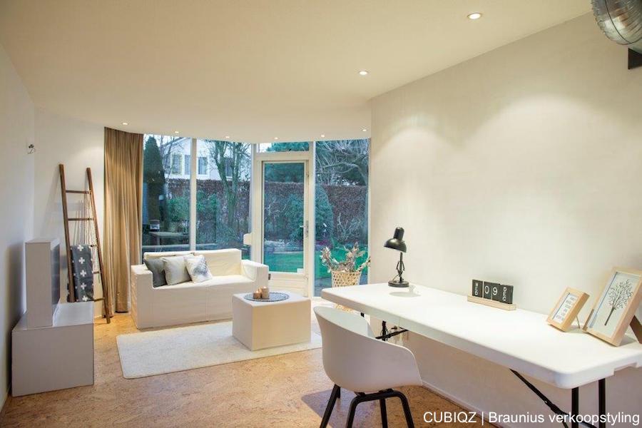 13. Home Staging mit CUBIQZ Pappmöbel; Der Couchtisch mit Stoffbezug kann auch gegen das Sofa geschoben werden als Chaise longue