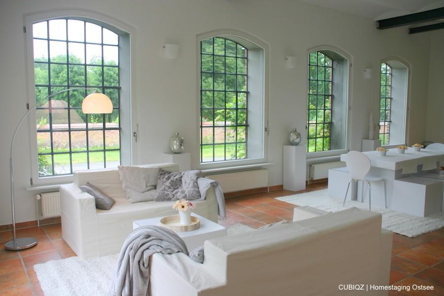 10. Home Staging mit CUBIQZ Pappmöbel; Säulen aus Pappe zum Platzieren von Accessoires