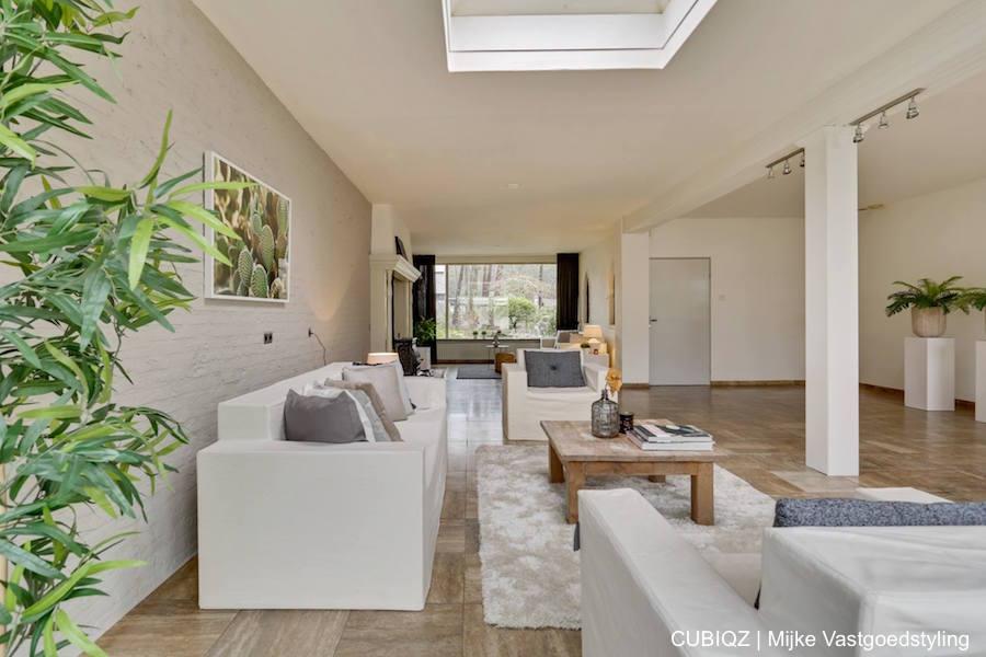 4. Home Staging mit CUBIQZ Pappmöbel;Sofa und Stühle mit Bezug in Farbe Off-White