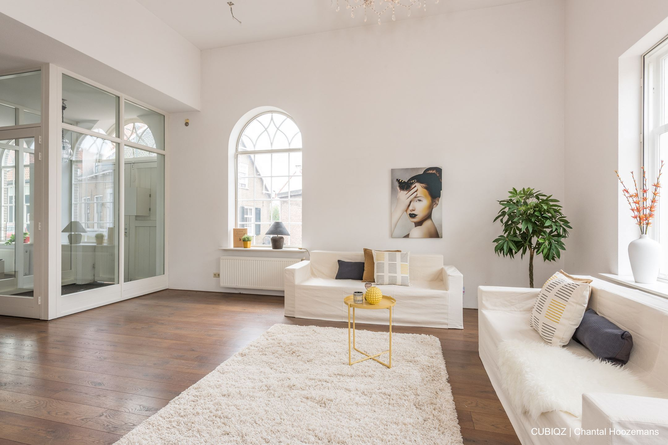 3. Home Staging mit CUBIQZ Pappmöbeln; 2-er + 3-er Sofa in Off-White