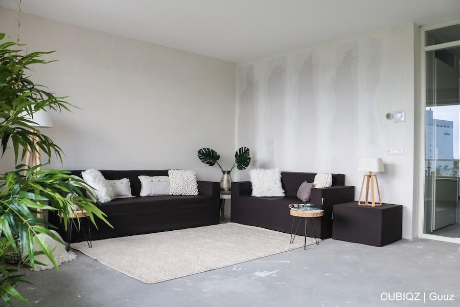 9. Home Staging mit CUBIQZ Pappmöbel; 3-er Sofa, Hocker und 2-er Sofa mit Bezug in Farbe GREG