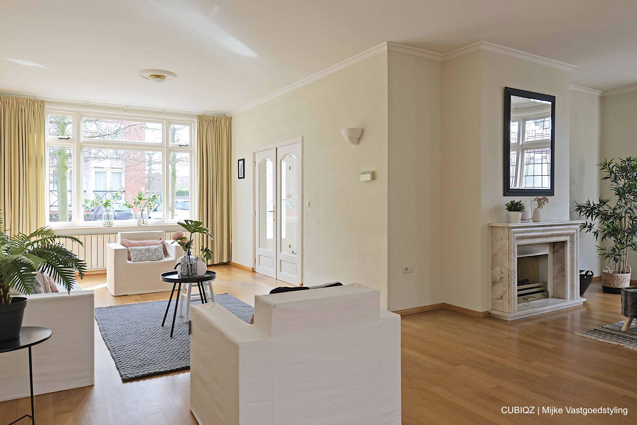 8. Home Staging mit CUBIQZ Pappmöbel; Das Wohnzimmer wurde von dunkel zu hell transformiert mit CUBIQZ Bezüge in Off White