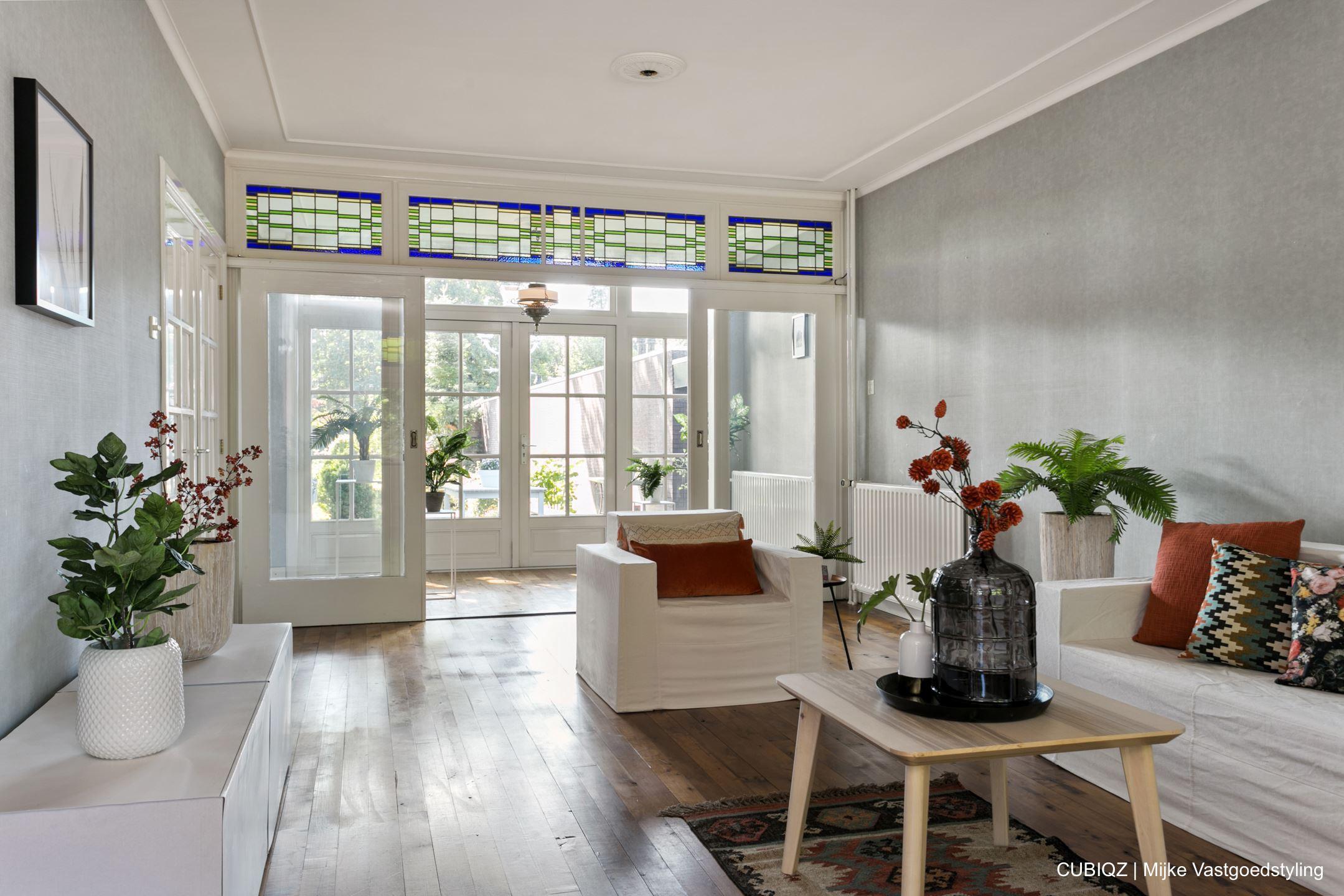 7. Home Staging mit CUBIQZ Pappmöbel; TV-möbel mit Fotodruck in Farbe Weiß